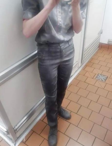 澳男子不满汉堡价格拿灭火器喷麦当劳店员