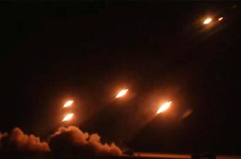 实弹演练!火箭炮连发怒射 照亮整个夜空