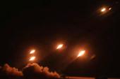 我军火箭炮照亮整个夜空