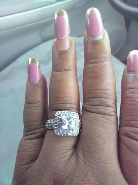 准新娘晒出结婚戒指 孰料被美甲抢了风头
