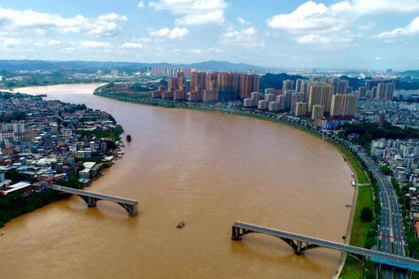 广东河源紫金桥发生坍塌 2辆小车落水