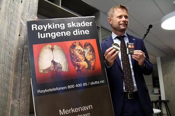 挪威卫生和社会关怀大臣霍耶向媒体展示挪威版本的烟草制品平装设计。 张淑惠 摄