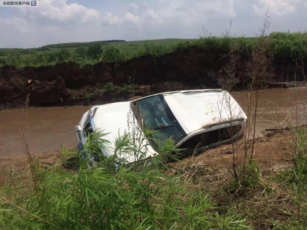 黑龙江一防汛巡查车被洪水冲入河中 四人被救一人失踪