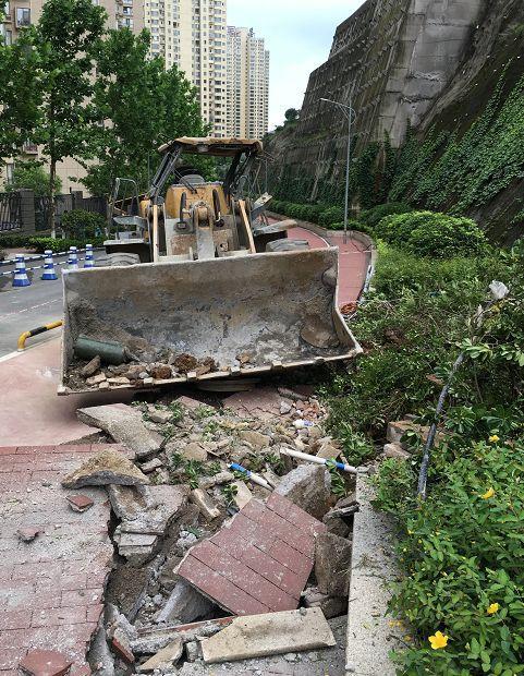贵阳一小区,天上掉下个装载机!路面砸出大坑,驾驶员跳车逃生!