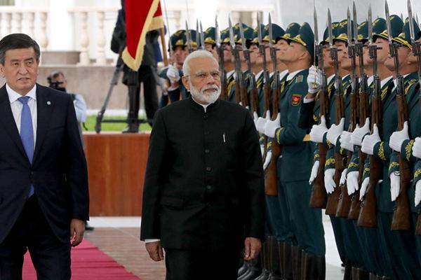 印度总理莫迪正式访问吉尔吉斯斯坦,检阅仪仗队