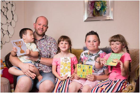 """暖心!9年领养5名残疾儿童,英国35岁男子被赞""""超级老爸"""""""