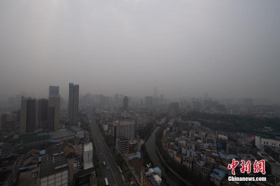 """4月1日,素有""""春城""""之称的云南省昆明市出现轻度污染天气。昆明市环境监测中心相关负责人介绍,此次昆明空气质量变差,主要是因为泰国、缅甸、老挝、越南西北部部分地区正在进行春种烧荒,生物质燃烧导致空气质量发生变化;再加上风速、气流等气象原因,导致污染物难以扩散。中新社记者 刘冉阳 摄"""