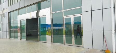 病人从这道门逃出医院。