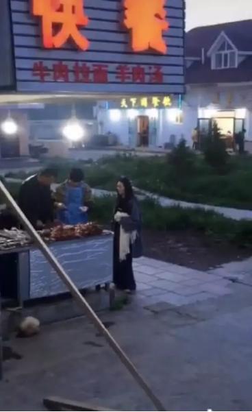接地气!网友偶遇向佐郭碧婷路边摊吃烤串