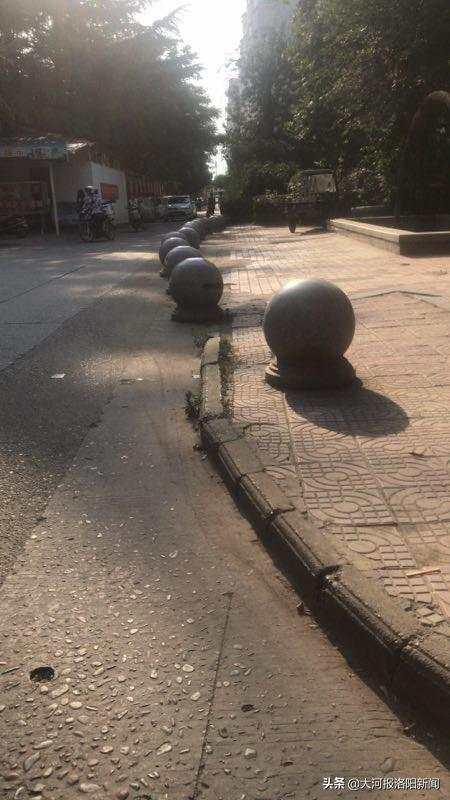 为了防止停放车辆,绿化带旁有许多石墩