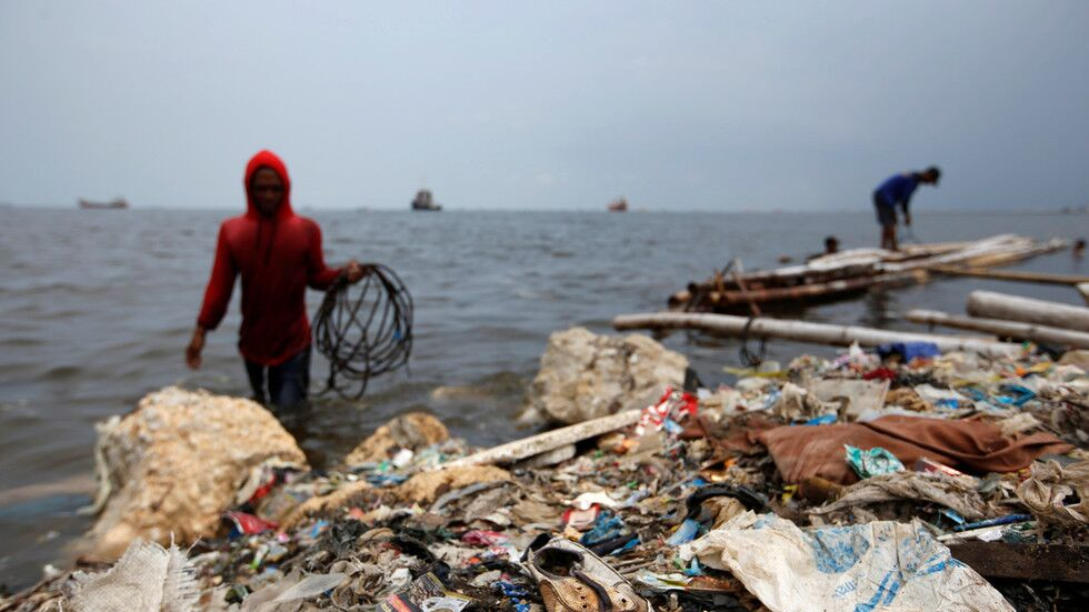 """""""我们不是垃圾箱!"""" 印尼将夹带尿布的""""洋垃圾""""退回美国"""