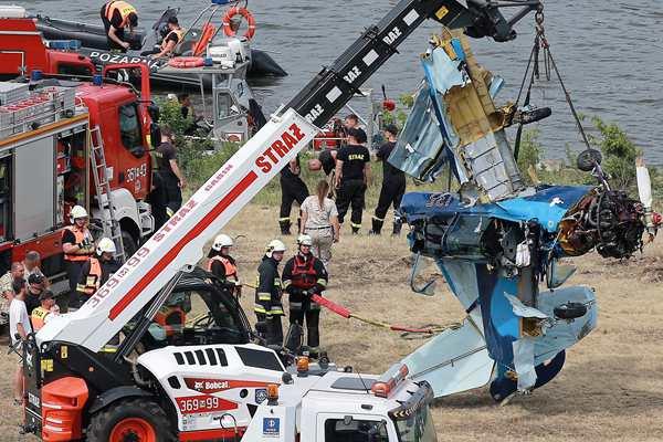 波兰一小型特技飞机突然失控坠毁 飞行员当场死亡