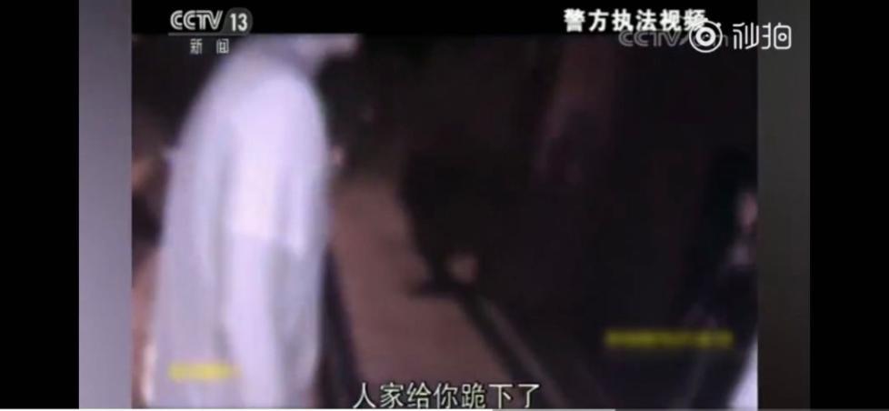 女快递员下跪执法录像披露 中国邮政:涉嫌欺诈!