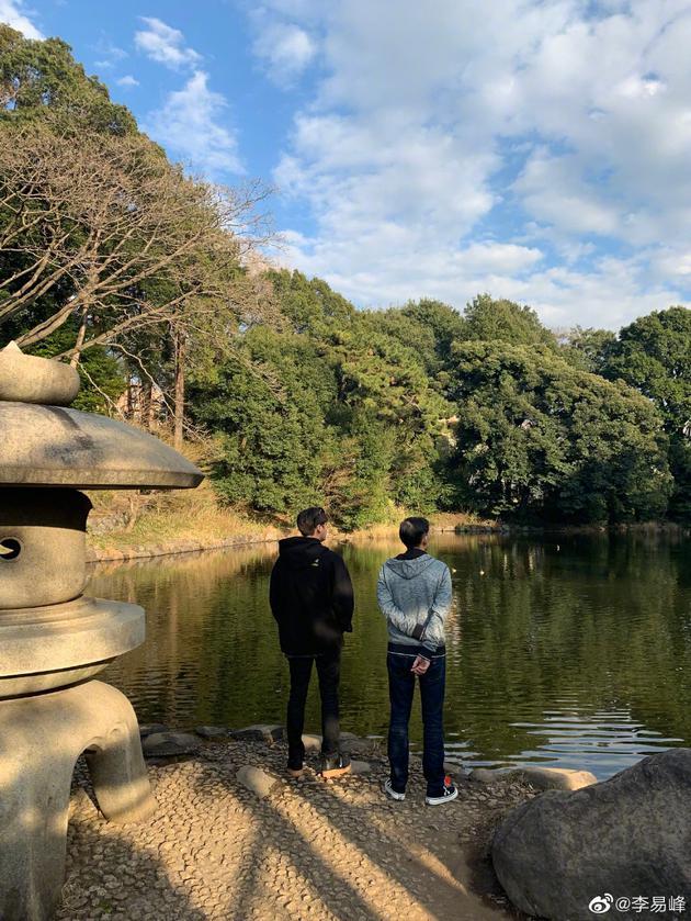 李易峰晒与父亲背影照