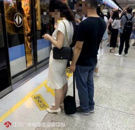 你偷拍女士裙底的样子,被人拍下来了!