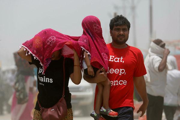 印度多地区遭热浪侵袭 高温逼近51℃