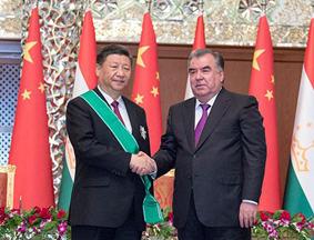 """习近平接受塔吉克斯坦总统授予""""王冠勋章"""""""