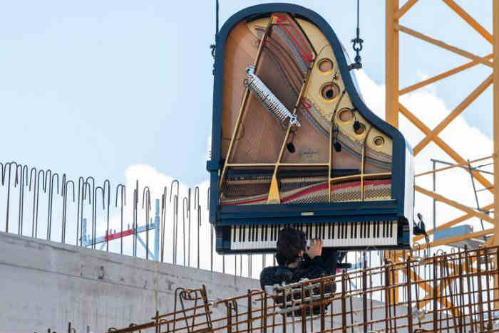 瑞士日内瓦一作曲家凌空演奏竖直的钢琴