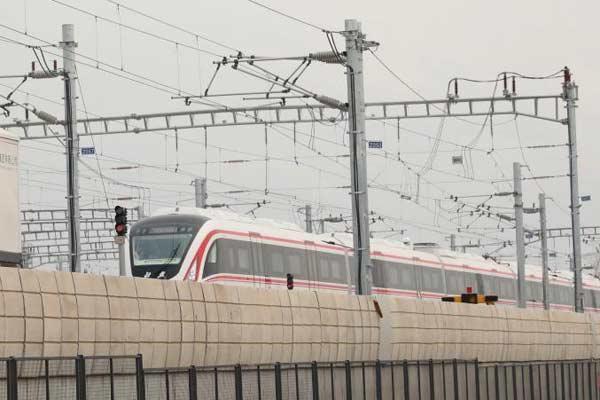 """北京新机场线""""白鲸号""""列车空载试运行"""