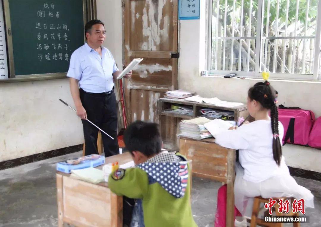 深山里的小学老师:39年来培养200位学生走出大山