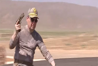 土库曼斯坦总统视察部队展示骑车射击