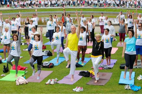 世界各地民众练习瑜伽 迎接国际瑜伽日