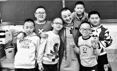 女教师患癌剃发手术 男生主动剃光头陪老师长头发