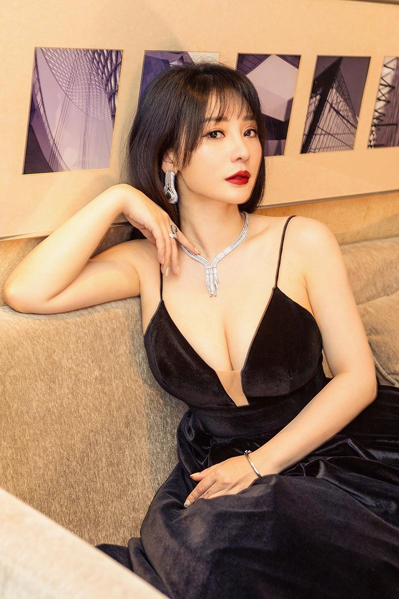 柳岩穿深v黑天鹅绒裙亮相红毯 肤白貌美性感夺目