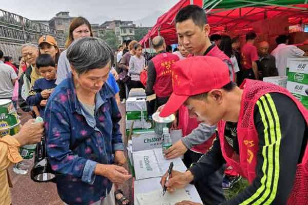 四川长宁6.0级地震 首批救援物资到达安置点
