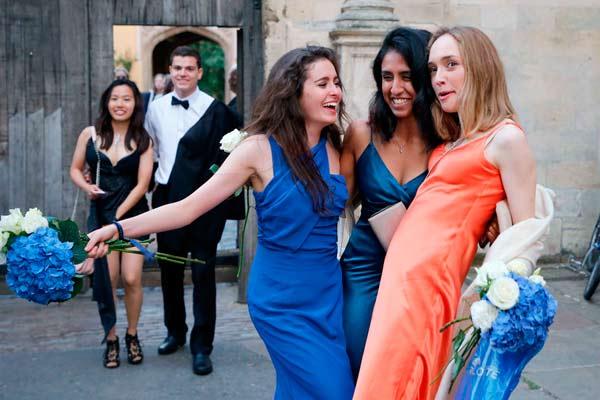 学霸们的狂欢!剑桥大学俊男美女参加舞会庆祝考试结束