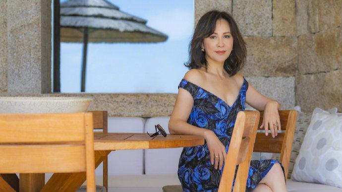 刘嘉玲深V蓝裙秀火辣身材 面带微笑享受假日时光