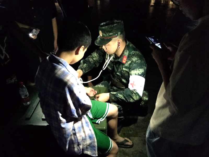 四川宜宾6.0级地震:武警官兵第一时间赶赴灾区转运伤员