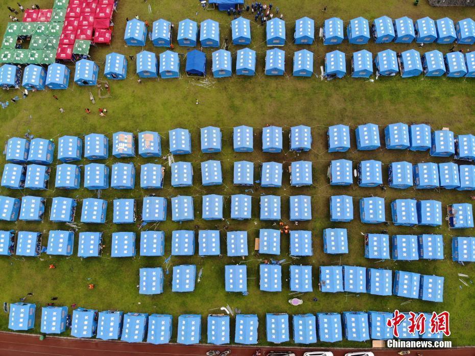 航拍长宁6.0级地震震中 学校操场搭起临时安置帐篷