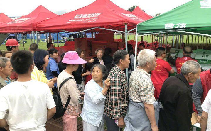 首批救灾物资到达四川长宁县双河镇居民安置点