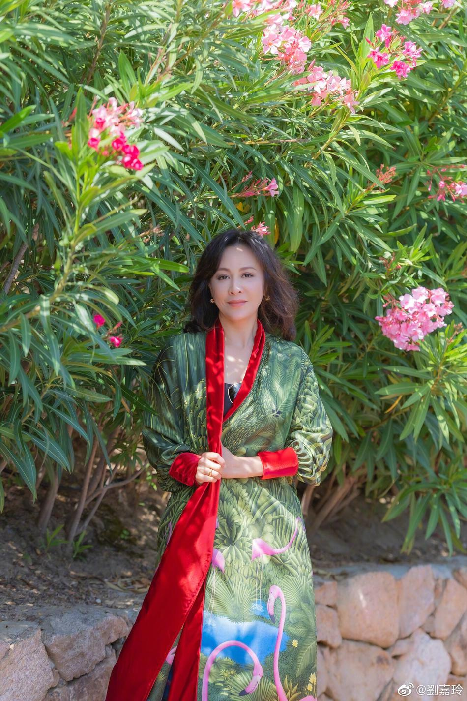 刘嘉玲度假穿森林系外套很夏天 妆容精致人比花娇