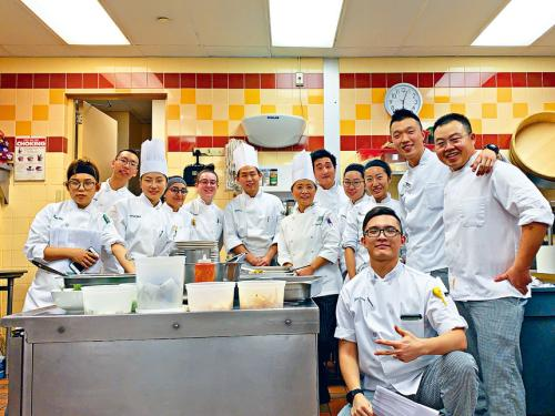 美媒:中国年轻人热衷厨艺 追求梦想给中餐带来改变