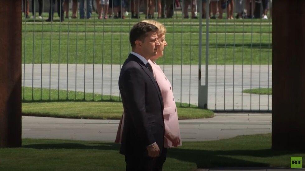 正欢迎乌克兰总统,德国总理默克尔突然浑身发抖近1分钟...