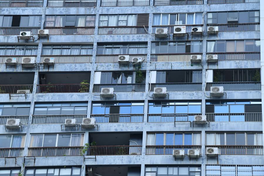 """广西南宁30层高大楼现400多台""""空调墙"""""""