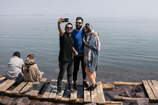 伊朗乌鲁米耶湖水位上升 吸引众多游客前来游玩