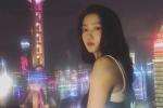 关晓彤与东方明珠合影 穿紧身背心光影迷离很梦幻