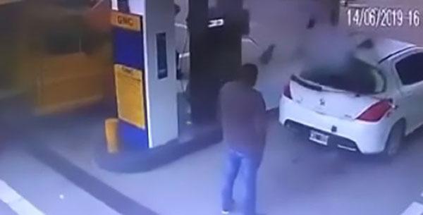 阿根廷毒贩加油时车爆炸 白色烟雾被证实是可卡因