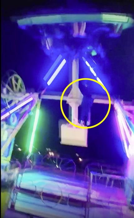 惊险!女游客坐游乐设施被甩出 并被摆锤二次击打