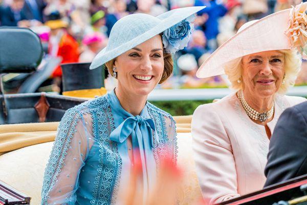 """英王室成员出席皇家赛马会 众名媛""""帽""""美如花"""