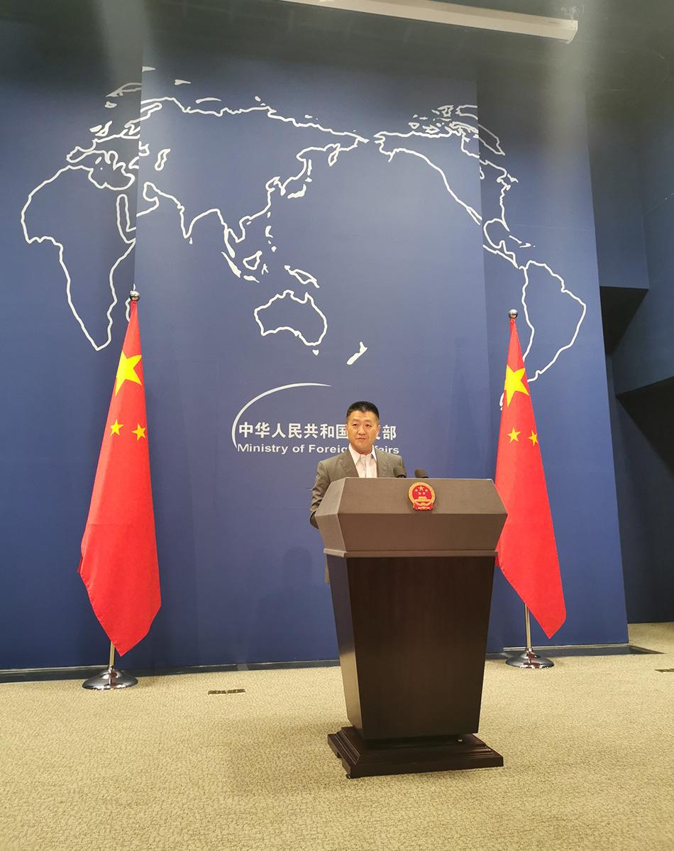 今天的外交部例行记者会,发言人陆慷因为这事没扎领带