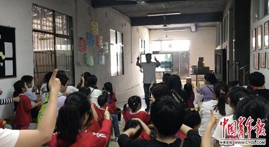 何彪给来访的公益组织和爱心人士教简单手语。