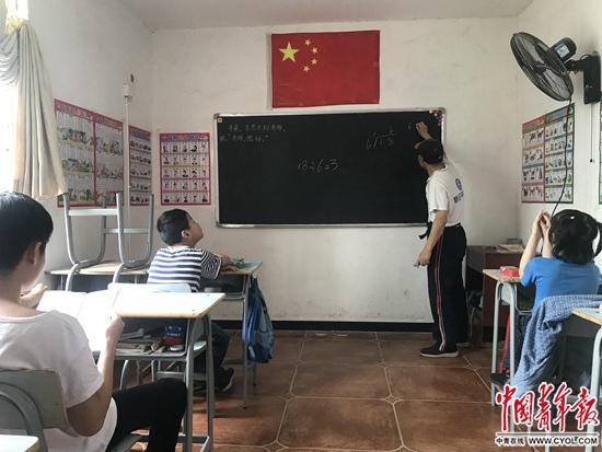 余希建为低年级学生们上数学课。