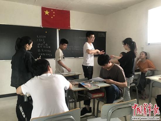 课间学生们在交流。