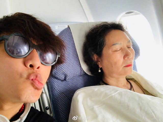 陈坤趁妈妈睡觉调皮,妈妈气质不输明星