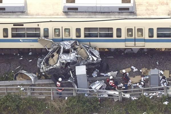 日本东京附近 一汽车与火车相撞