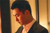 王彥霖身著深色西裝,夢幻光影間盡顯紳士風格!